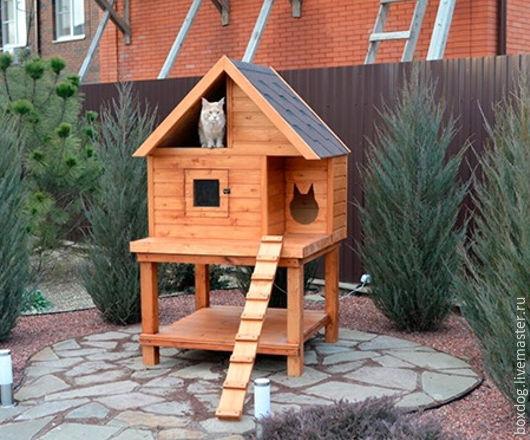 Утеплённый уличный домик для 2 кошек крупных пород с тёплым полом и занавесом на лаз. На ножках, с дополнительной площадкой для мисок внизу.