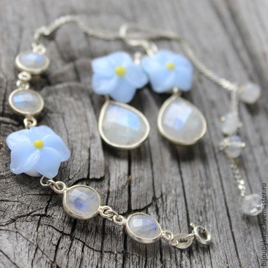 В украшениях использован прекрасного качества натуральный лунный камень - адуляр. Каждая подвеска из адуляра имеет прекрасную иризацию голубого цвета.