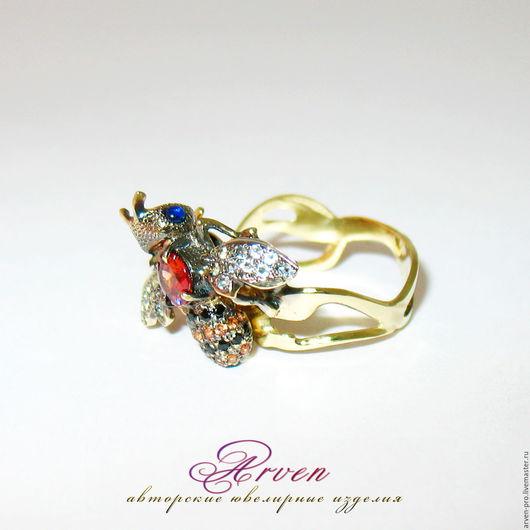Золотое кольцо `Пчелка` с турмалином, сапфирами и аквамаринами, под заказ.