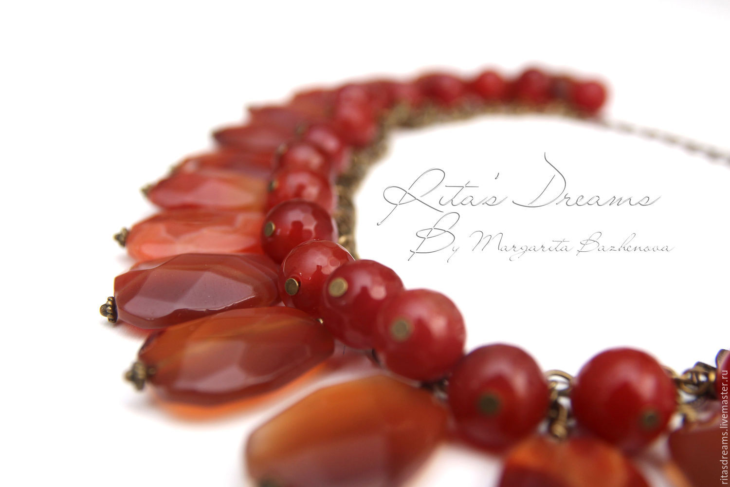 Luxury necklace large stones of carnelian with agate beads-balls in warm honey shades has a maximum length of 46.5 cm which can be adjusted through the chain.