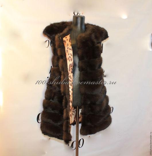 Меховая жилетка из тонированной лисы , в поперечной раскладке, с плечиками, длина 80 см, размер 42-44, на крючках, между полос меха тонкие полосы замши.Лиса тонированна под куницу , легкая, мягкая жил
