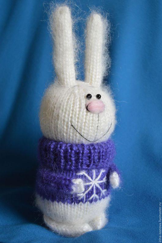 Игрушки животные, ручной работы. Ярмарка Мастеров - ручная работа. Купить Зайка в фиолетовом свитере. Вязаная игрушка.. Handmade. Белый