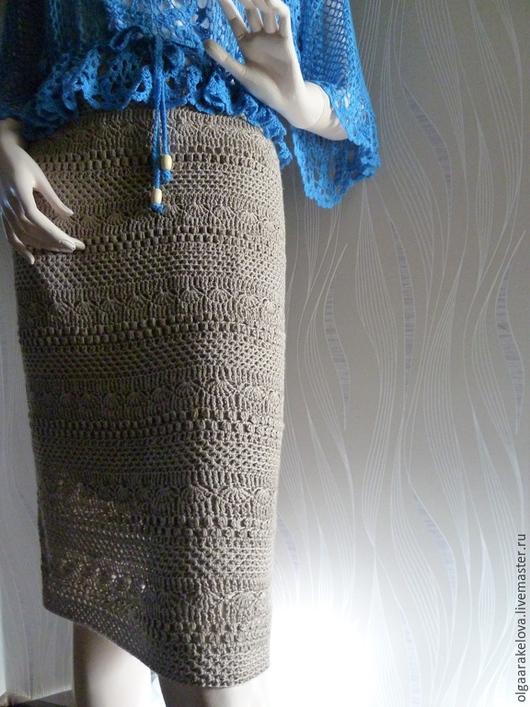 Летняя женская юбка нейтрального песочного цвета вязаная крючком слегка расклешенная к низу.Пояс кулиска с резинкой.Основное полотно - сочетание разных узоров. Нейтральный песочный цвет позволяет оде