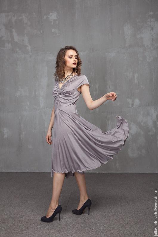П_028 Платье Переплет , цвет серо-сиреневый, вискозный трикотаж, р.44-48, длина 110 см.  Благодаря особой конструкции это платье подойдет на любой размер груди.
