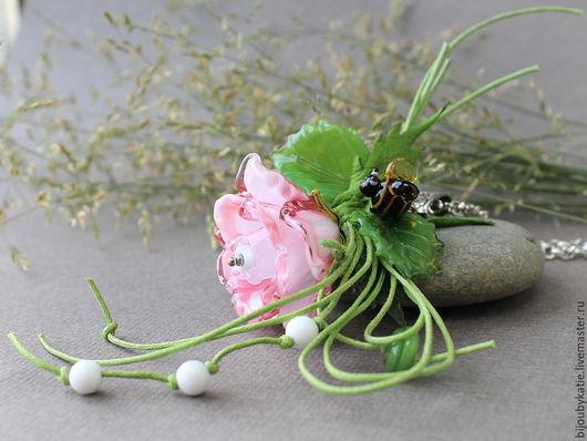 Подвеска колье Лэмпворк Утренняя роза, украшение лэмпворк Очень красивая получилась роза..... Бледно розовая, белая внутри и более темная по краям лепестков. К нашей розе уже ползет ранняя пчелка.