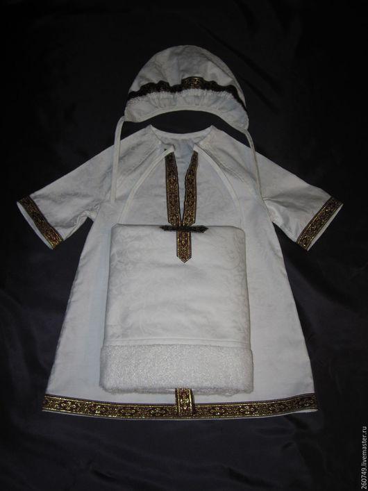 Наборы  изготовлены из 100 % х/б ткани – жаккардового сатина.). В наборе три предмета: рубашка – распашонка, чепчик и  пеленка - «капюшон», в основу которой вшито махровое полотенце(50 на 90) .