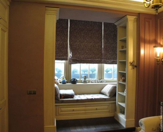 шкаф, мебель на заказ, портал из стеллажей и диванчик под окном из дерева на заказ, карнизы ,плинтуса в едином стиле
