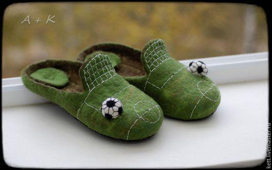 """Обувь ручной работы. Ярмарка Мастеров - ручная работа. Купить Мужские валяные тапки """"Футболист"""" войлочные тапочки Вещий войлок. Handmade."""