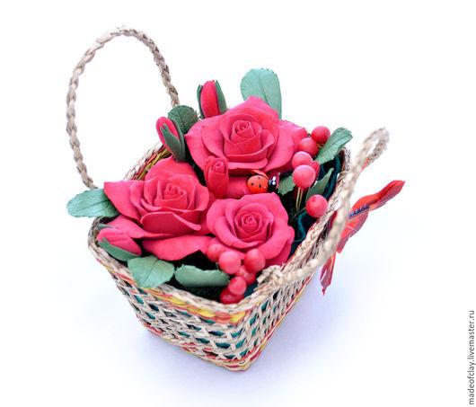 Корзинка из алых роз из полимерной глины Deco. Ручная работа.