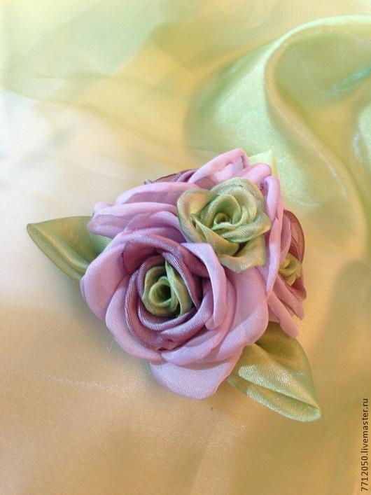 брошь из ткани розы весна сиреневый бледно-сиреневый салатовый подарок девушке 8 марта нежная брошь необычная брошь оригинальная брошь оригинальное украшение нежное сочетание зажим заколка брошь из роз ручной работы нежно-сиреневая брошь цветы из ткани