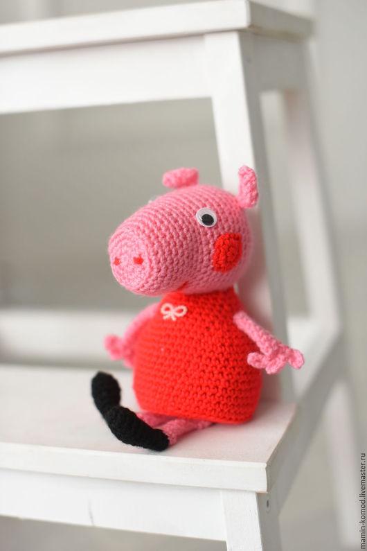 Не дружу со словом `грусть`, Не бываю злюкою. Свинкой Пеппою зовусь, Как смеюсь, так хрюкаю. ;-) Любимый мультперсонаж станет прекрасным подарком для детей!