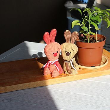 Куклы и игрушки ручной работы. Ярмарка Мастеров - ручная работа Игрушки: вязаный зайчик треугоша розово-красный и песочно-коричневый. Handmade.