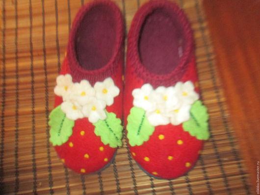 """Обувь ручной работы. Ярмарка Мастеров - ручная работа. Купить Тапочки женские """"Клубнички"""". Handmade. Ярко-красный, красный, бусины"""