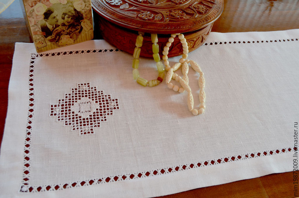 White linen track cloth with stitch-embroidery embroidery, frayed, hem envelope, table decoration, Mediterranean style, Russian style, Country interior