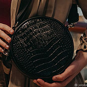 Сумка через плечо ручной работы. Ярмарка Мастеров - ручная работа Круглая черная кожаная сумка кроссбоди с тиснением под рептилию. Handmade.