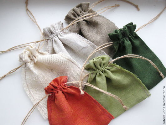 Мешочки с двойной кулиской и хохолклм, швы декоративные бахромчатые, наружные  и потайные.