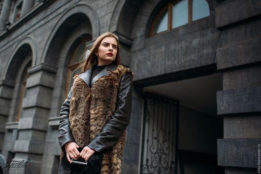 Пальто Aversize из меха крашенного кролика в леопардовой расцветке и кожи овчины. Кожа на рукавах и вороте,Погончиках,стёганная на утеплении.Прорезные карманы.