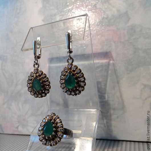 Винтажный комплект украшений с   изумрудным агатом и цирконами в серебре 925 пробы с  отделкой `античным золотом` - серьги и кольцо.