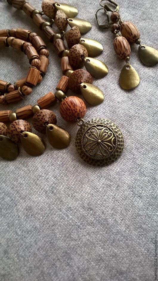Стильные украшения из экзотической древесины пальмового дерева с фурнитурой под античную бронзу: ожерелье, двухрядный браслет и длинные серьги.