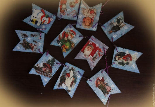 Новогодняя гирлянда состоит из 11 флажков,сделанных в технике декупаж,деликатно состаренных патиной,набрызгом,между флажками продеты бусинки. Гирлянду можно удлинить за счет  тесьмы