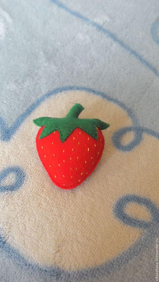 Брошь из фетра, брошь ягодка, брошь клубника, брошь земляника, красная брошь, красная ягода, брошь в подарок, брошь на шапочку, брошь на шарф, брошь на пальто, брошь на лацкан, брошь на свитер