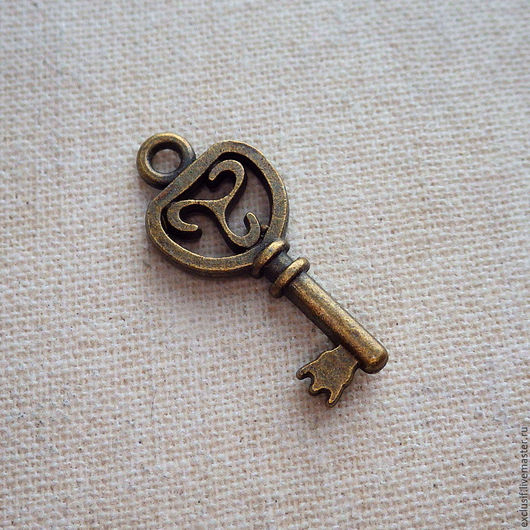 Фурнитура для украшений - подвеска в виде ключика с кельтским трискелем. Цвет ключа - античная бронза. Ключ двусторонний. Размер ключа 2,2х0,9 см. Купить подвеску кельтский ключ