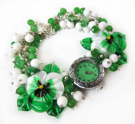 """Часы ручной работы. Ярмарка Мастеров - ручная работа. Купить """"Заснеженный бор"""" наручные часы с бусинами лэмпворк. Handmade. Зеленый"""