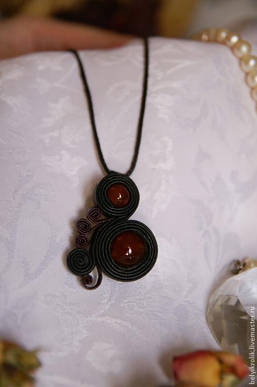 Кулон из натуральной кожи `Curls` снатуральным агатом.  Размер 5 см. Цена: 400 руб Закажите свой индивидуальный кулон с камнями и цветом.