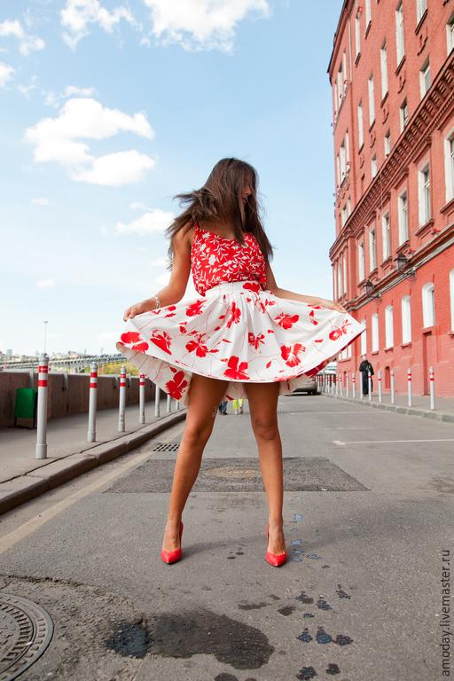 комплект из хлопковой  юбки и шелкового  топа красно-белого цвета с цветочным принтом. Вещи можно приобрести отдельно.