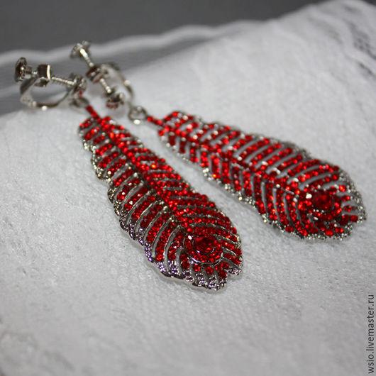 Клипсы  `Красное пёрышко павлин` Яркие украшения.Красные клипсы.Красные украшения.Красные серьги.