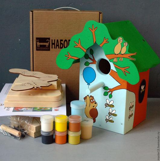 на фото - набор для сборки, и для примера - готовый цветной скворечник `Винни-Пух`