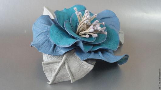 Брошь- цветок объёмная из кожи роза `Прованс` голубая.  Брошь на сумку, пояс, шляпу, пальто, шубу, пиджак, платье, свитер,шарф,шаль, платок, палантин, верхнюю одежду.  Подарок женщине, себе любимой.