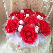 Букеты ручной работы. Ярмарка Мастеров - ручная работа Корзина роз из конфет. Букет из конфет в корзине. Подарок на свадьбу. Handmade.