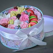 Упаковочная коробка ручной работы. Ярмарка Мастеров - ручная работа Цветы в коробке с пирожными макаронс. Handmade.