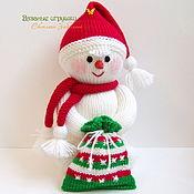"""Куклы и игрушки ручной работы. Ярмарка Мастеров - ручная работа """"Снеговик с подарком"""" вязаная игрушка. Handmade."""