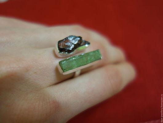 """Кольца ручной работы. Ярмарка Мастеров - ручная работа. Купить """"Катманду""""-необычное серебряное кольцо с гранатом и зеленым кианитом. Handmade."""