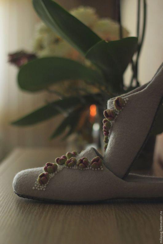 """Обувь ручной работы. Ярмарка Мастеров - ручная работа. Купить """"Зимний сад"""" валяные тапочки. Handmade. Серый, краснодар"""