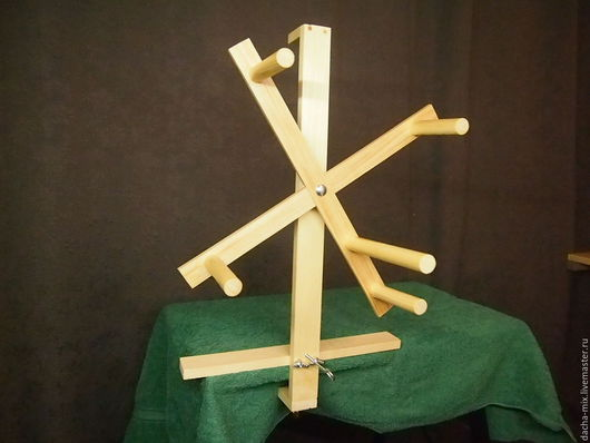 Моталка для пряжи. Разборная, улучшенная струбцина для крепления. Можно использовать как в вертикальном, так и в горизонтальном положении. Один оборот моталки равен 1 метру.