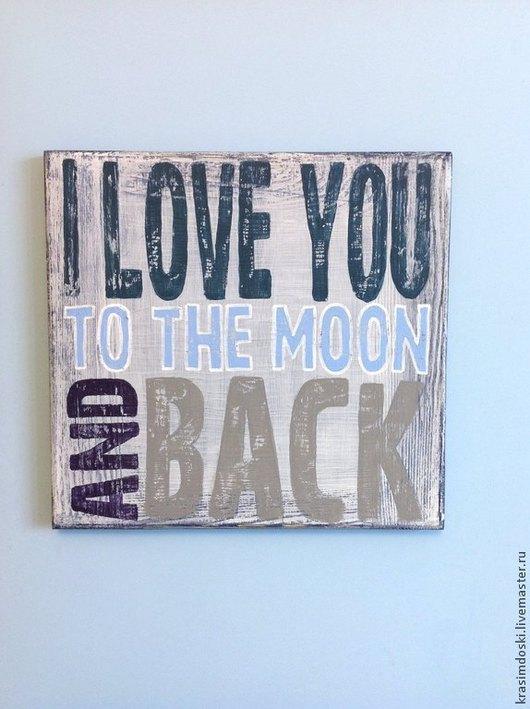 Интерьерная табличка в надписью ` I love you to the moon and back`  прекрасна на однотонном голубом фоне.