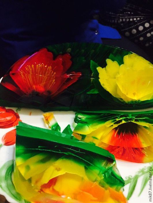 это тортик в разрезанном виде ,смотрите как красиво смотрятся цветочки из желе (стоимость тортика 1000рб)