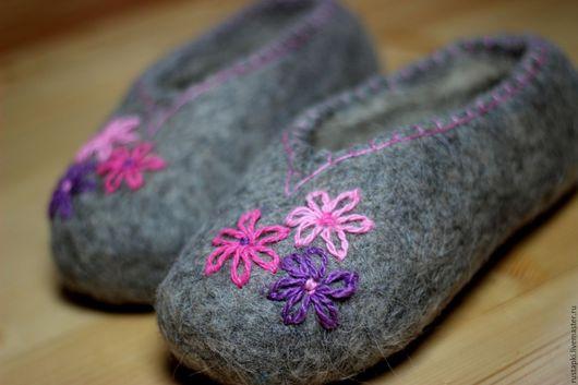 """Обувь ручной работы. Ярмарка Мастеров - ручная работа. Купить """"Розовые цветы"""" домашние валяные тапочки женские. Handmade. Серый"""
