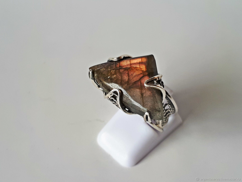 Кольцо с лабрадором `Огонь ночи` в серебре, выполненное вручную.