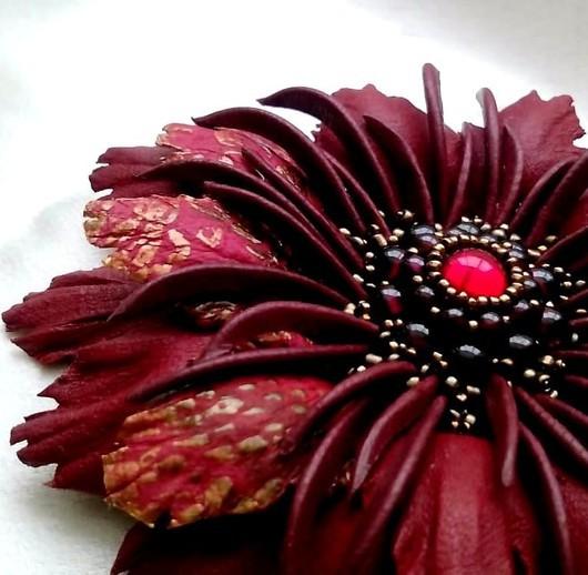 """Броши ручной работы. Ярмарка Мастеров - ручная работа. Купить Брошь """"Беатрис Арагон"""". Красный цветок натуральная кожа гран. Handmade."""