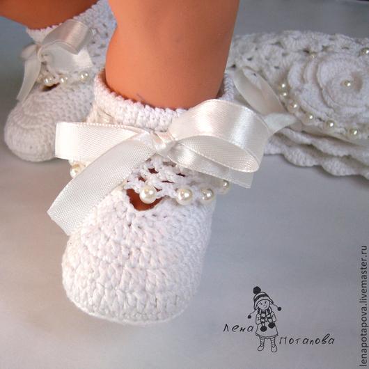 """Для новорожденных, ручной работы. Ярмарка Мастеров - ручная работа. Купить Комплект на выписку """"Жемчужинка"""" (шапочка и пинетки). Handmade. Белый"""