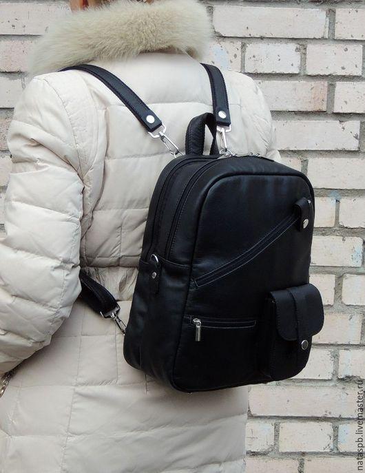 Пользоваться такой сумкой-рюкзаком будет комфортно всем — студентам, учащимся, тем, кому важно, чтобы в изделие помещался формат А4. В данном аксессуаре два отделения, которые закрываются на молнию.