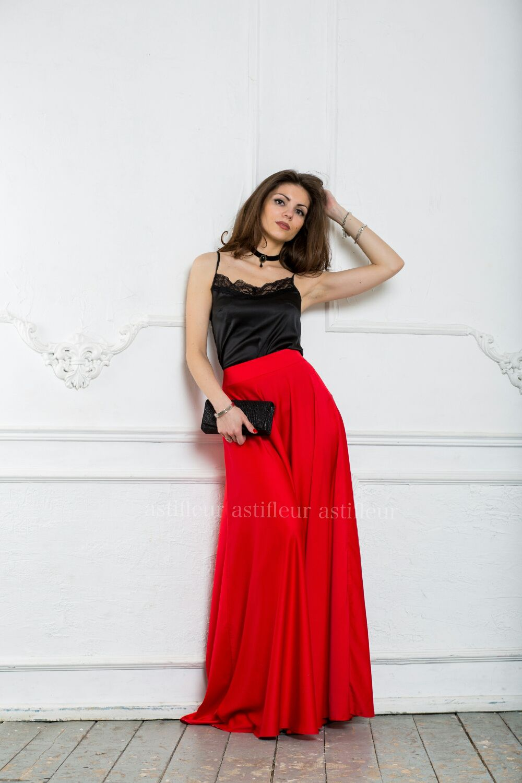 Красная атласная юбка в пол
