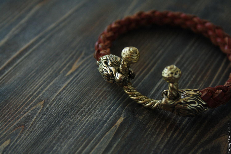 Кожаный браслет с львами из бронзы