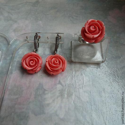 Комплект украшений ручной работы - серьги и кольцо  с розочками из коралла розового цвета  эффектно смотрится летом. 1900 руб.