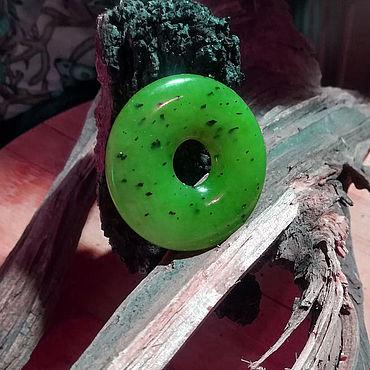 Феншуй ручной работы. Ярмарка Мастеров - ручная работа Диск-талисман из саянского зеленого нефрита. Handmade.
