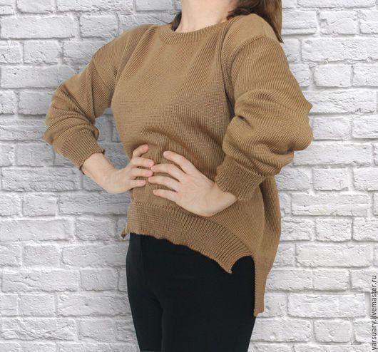 Модный свитер актуального прямого кроя с асимметричным оформлением линии низа (спереди короче ). Цвет бежевый. Свитер оверсайз связан из мягкой мериносовой пряжи,легкий и уютный.